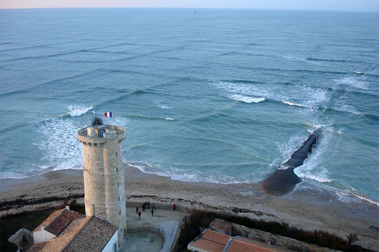 «На море стали проявляться квадраты из волн? — скорее на берег «