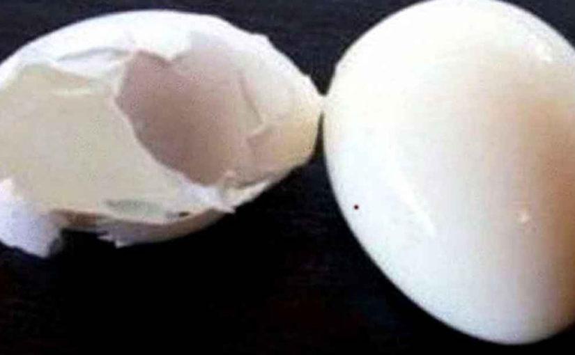 Трюк с обычной канцелярской кнопкой может помочь легко снять скорлупу с яиц